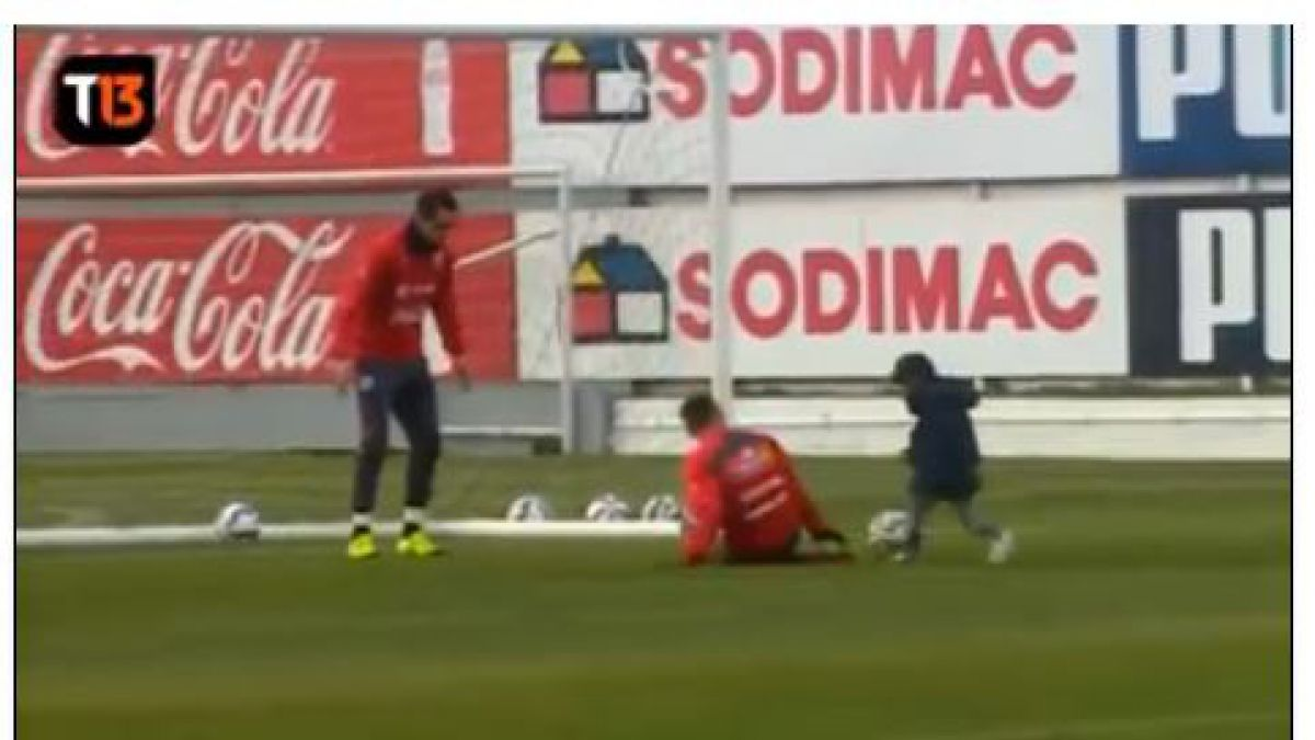 [VIDEO] Un tierno Alexis sorprende jugando con hijo de Claudio Bravo