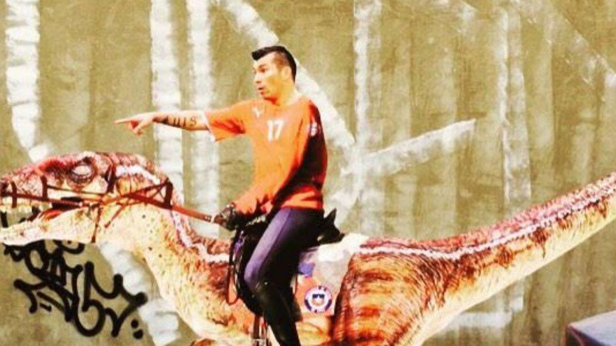 [FOTO] Lo único que faltaba: Gary Medel domina un dinosaurio