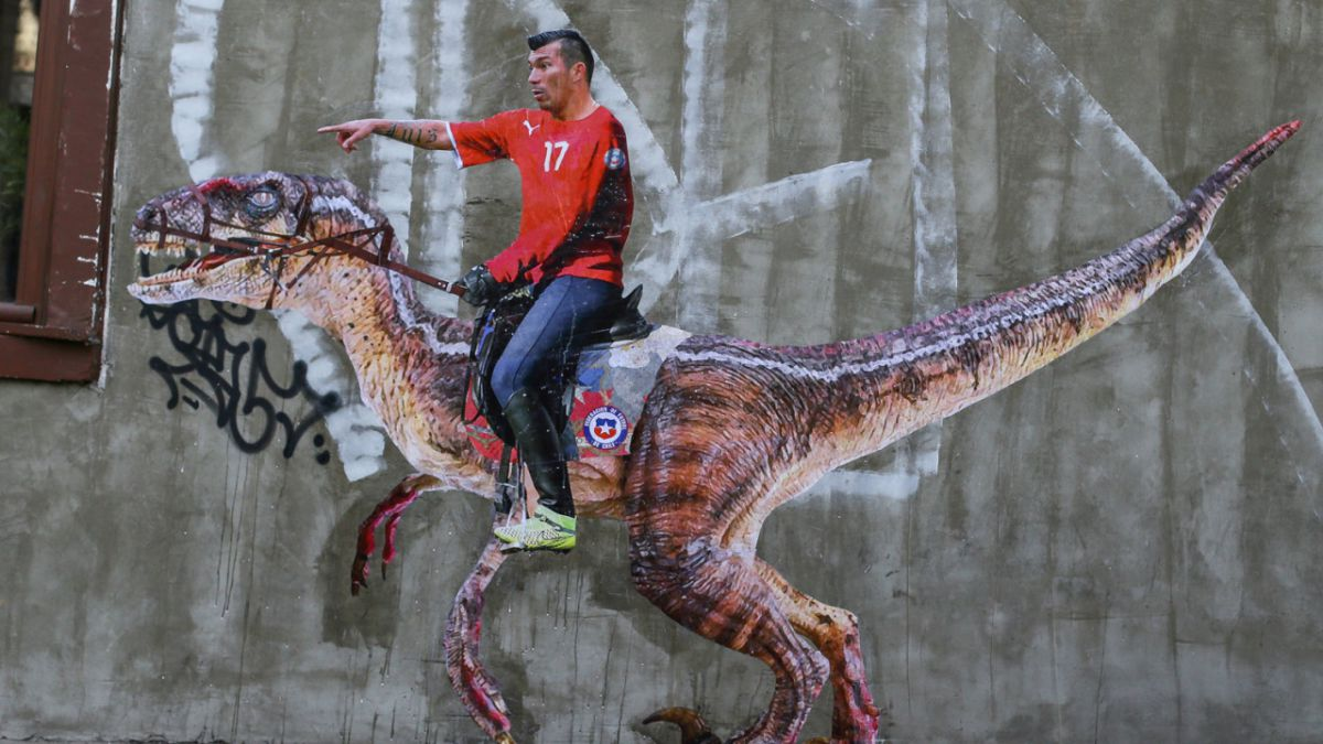 Gary Medel sobre un Velociraptor