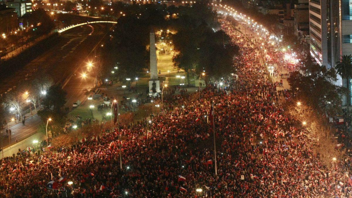 [VIDEO] Impresionante timelapse del multitudinario festejo en Plaza Italia tras el triunfo chileno