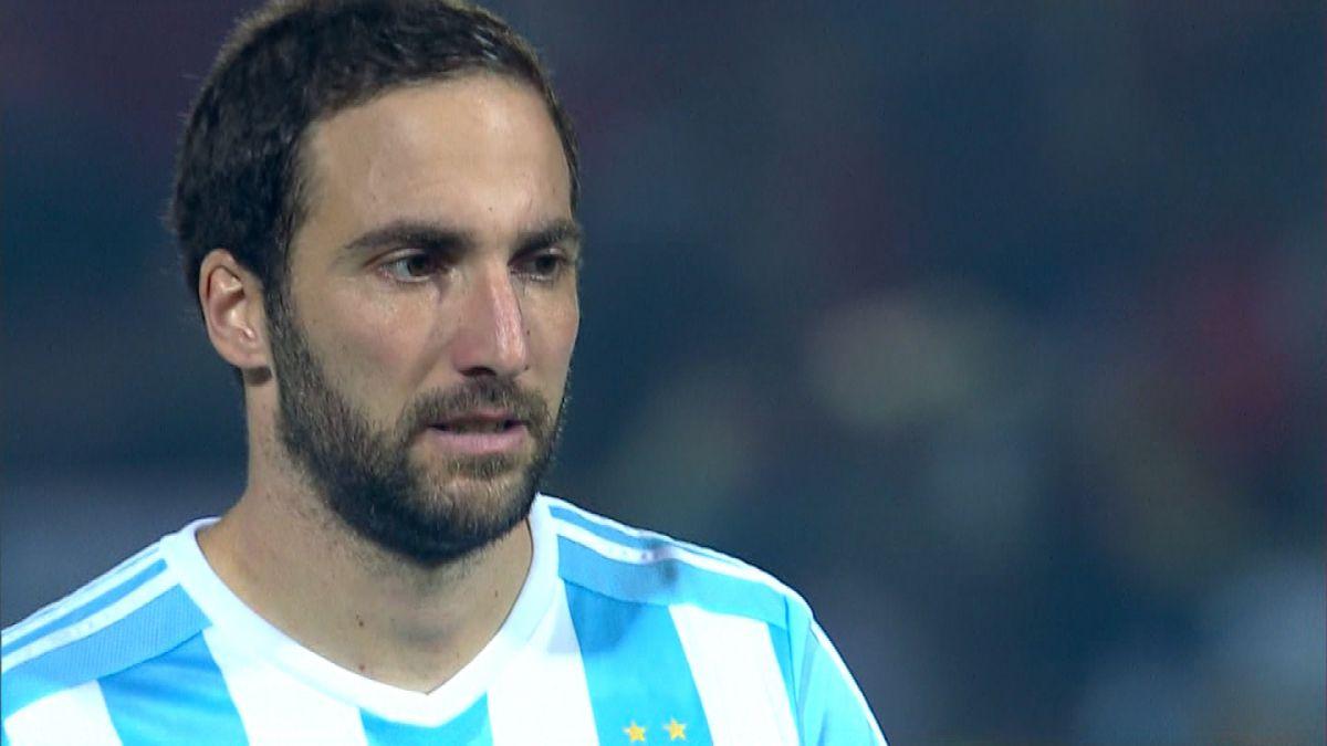[VIDEO] Higuaín se pelea con hinchas argentinos que le recuerdan penal errado ante Chile
