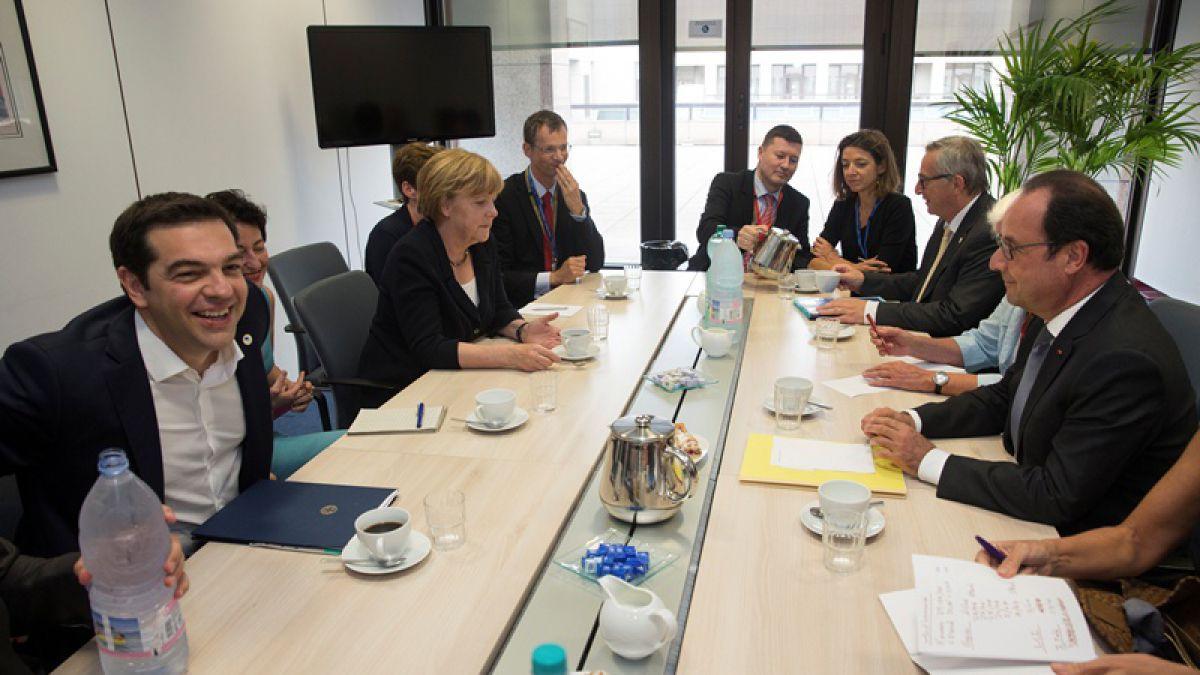 Grecia pide a sus socios europeos un tercer rescate en cumbre de Bruselas
