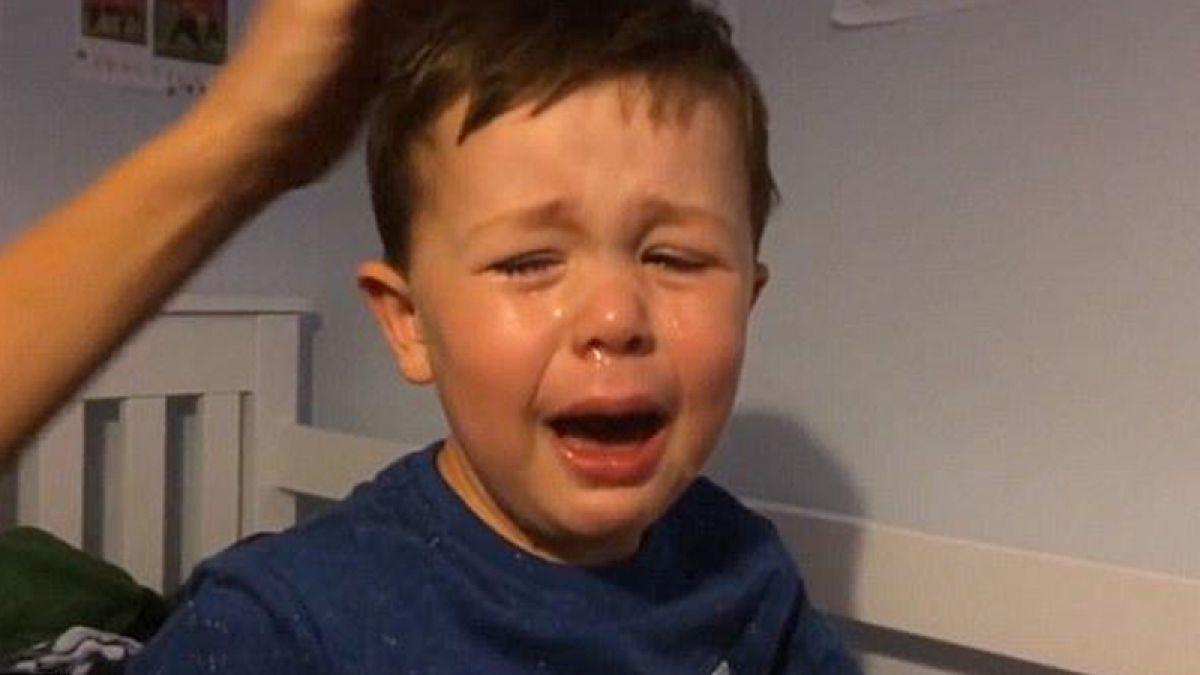 Invitan a niño de 4 años que lloró desconsoladamente el adiós de Van Persie a Turquía