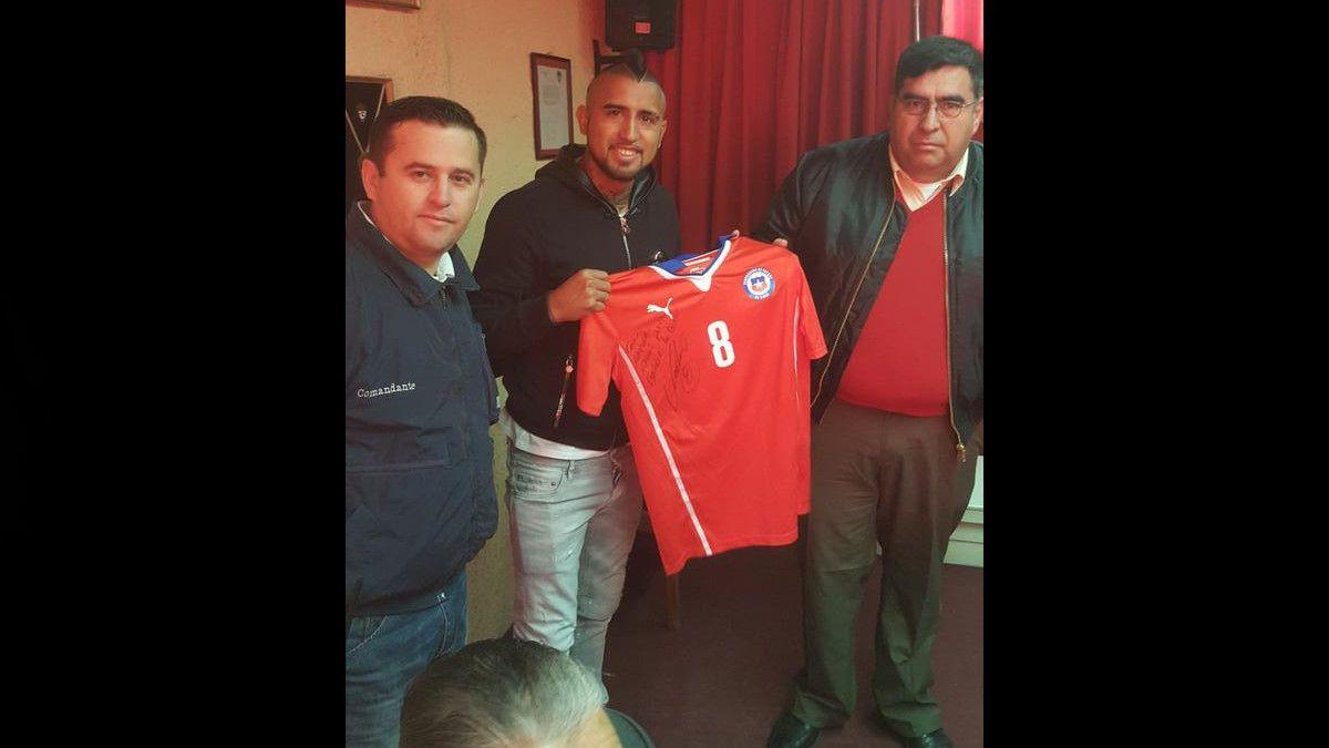 Arturo Vidal entrega camiseta de la Selección chilena a Bomberos de Buin