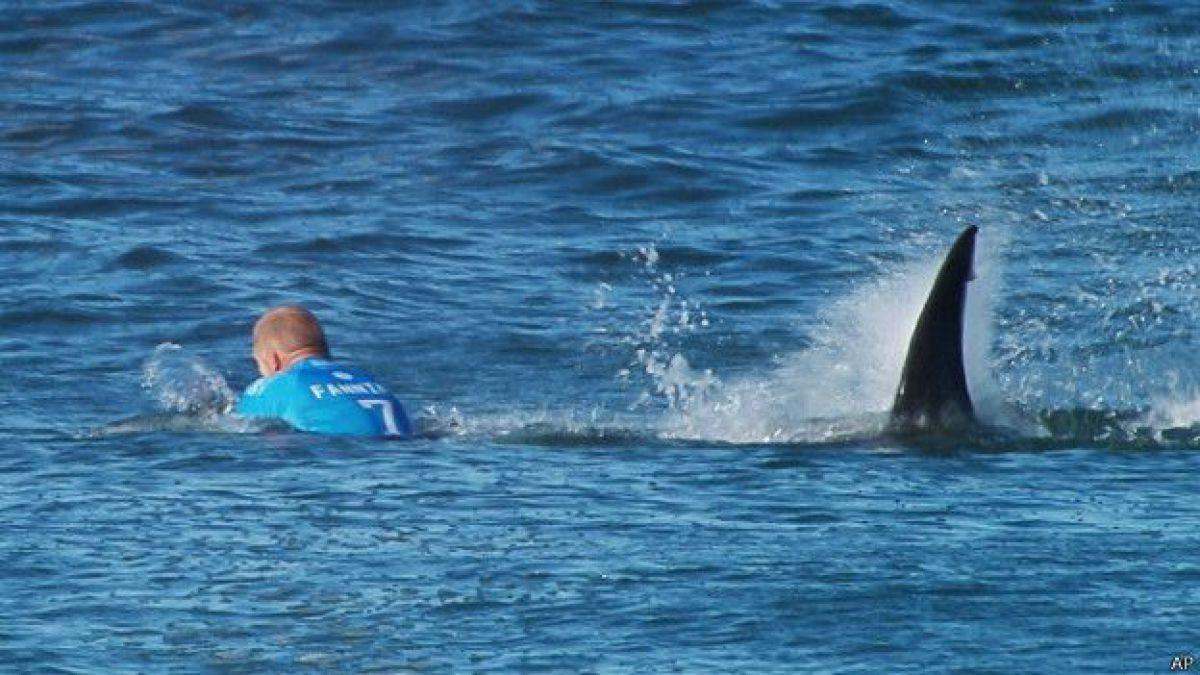 Mick Fanning vuelve a surfear un mes después de ser atacado por un tiburón en plena competencia