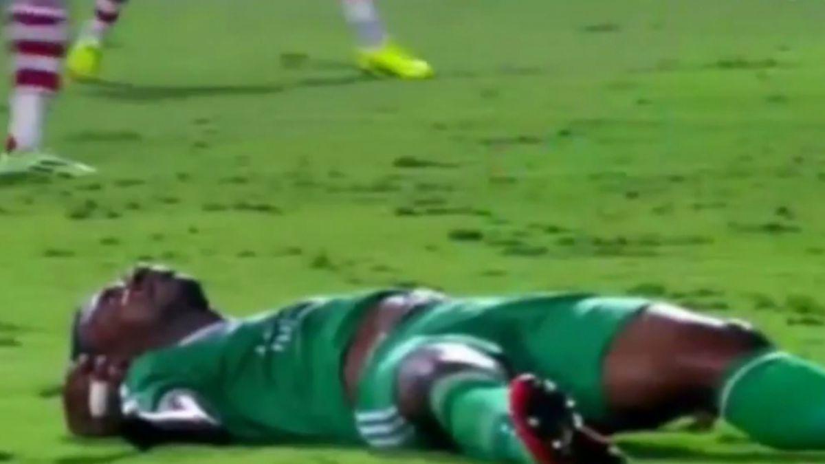 [VIDEO] La impactante caída de un futbolista que conmocionó a Egipto