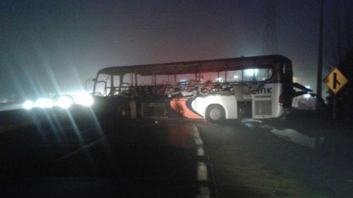 Codelco: Contratistas quemaron bus en ruta Rancagua-Santiago