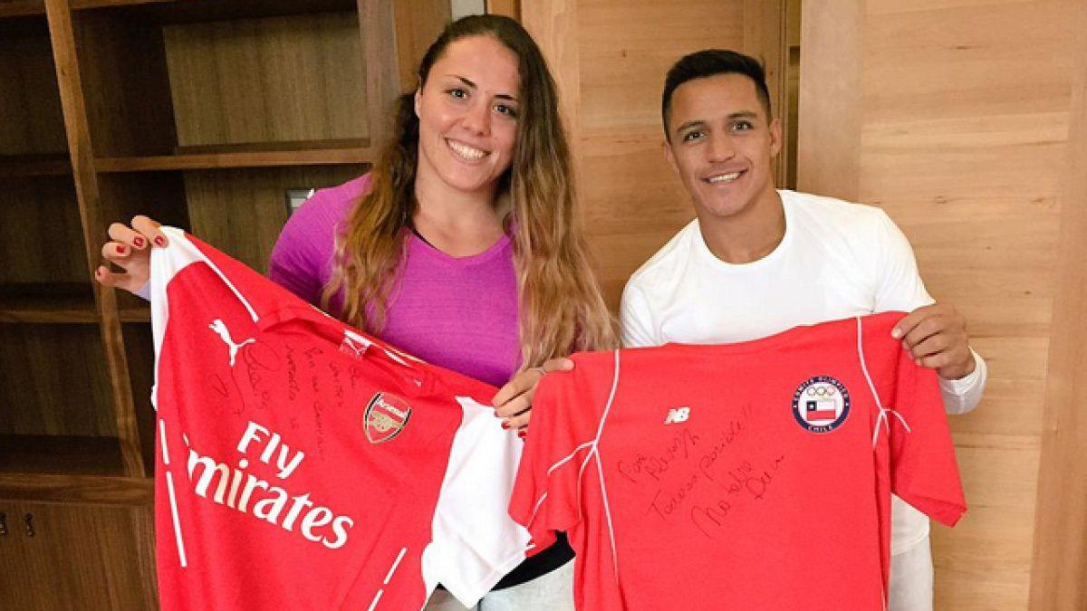 [FOTO] Alexis Sánchez y Natalia Ducó cambiaron camisetas