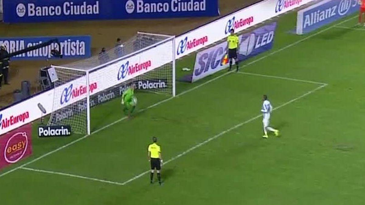 Argentino la quiso picar como Alexis Sánchez pero se encontró con la gran reacción del arquero