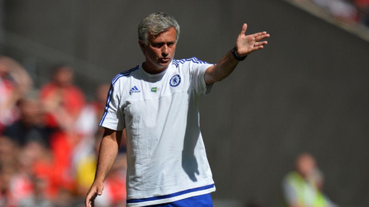 [VIDEO] José Mourinho lanza medalla a un hincha tras perder la Community Shield