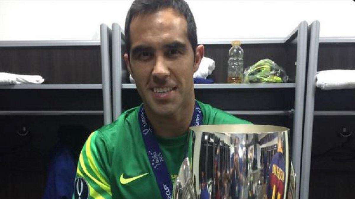 Claudio Bravo celebra la obtención de la Supercopa de Europa