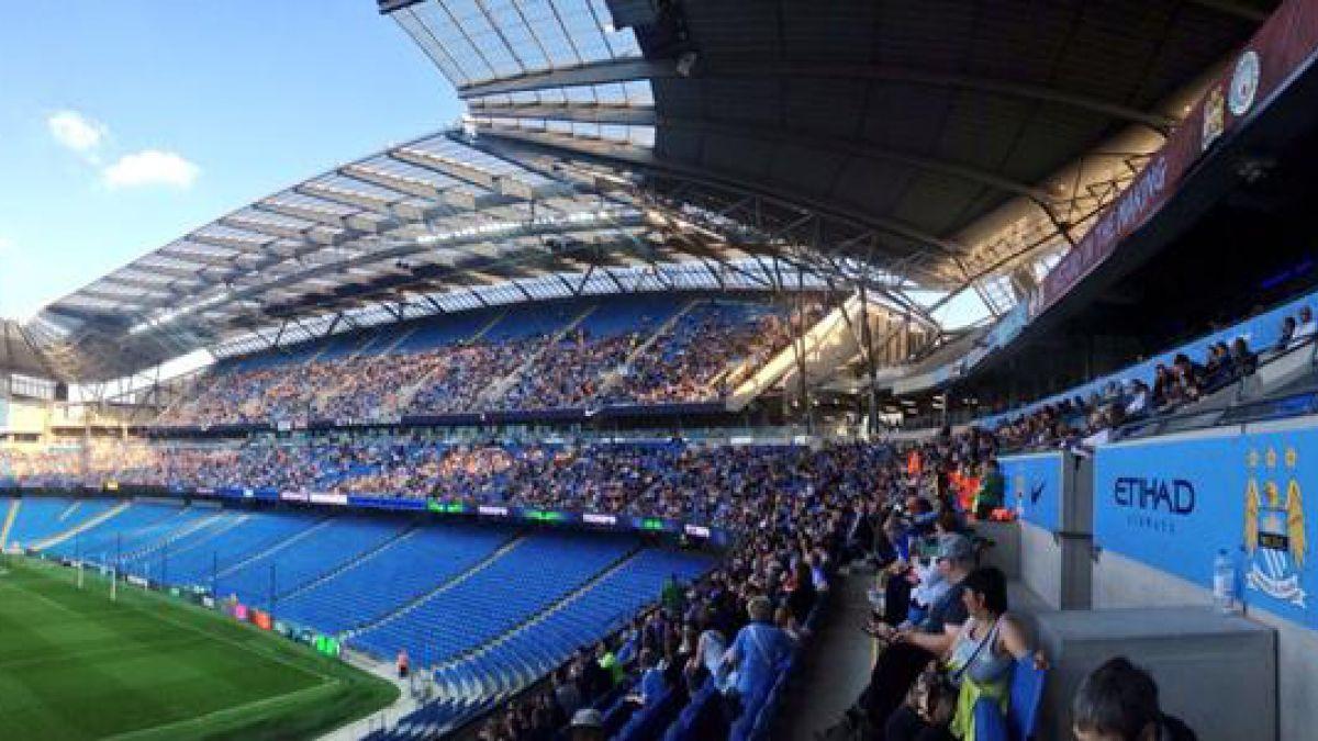 Hinchas de Manchester City disfrutan entrenamiento del equipo a puertas abiertas