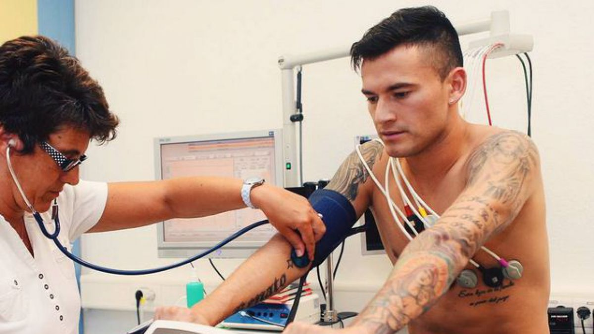 Nuevo compañero le da la bienvenida a Charles Aránguiz en Bayer Leverkusen