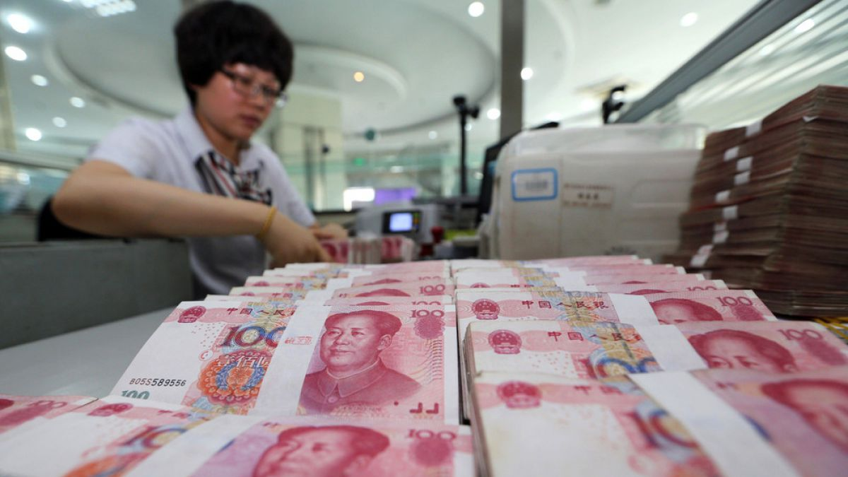China aumenta un 0,05% el valor del yuan frente al dólar