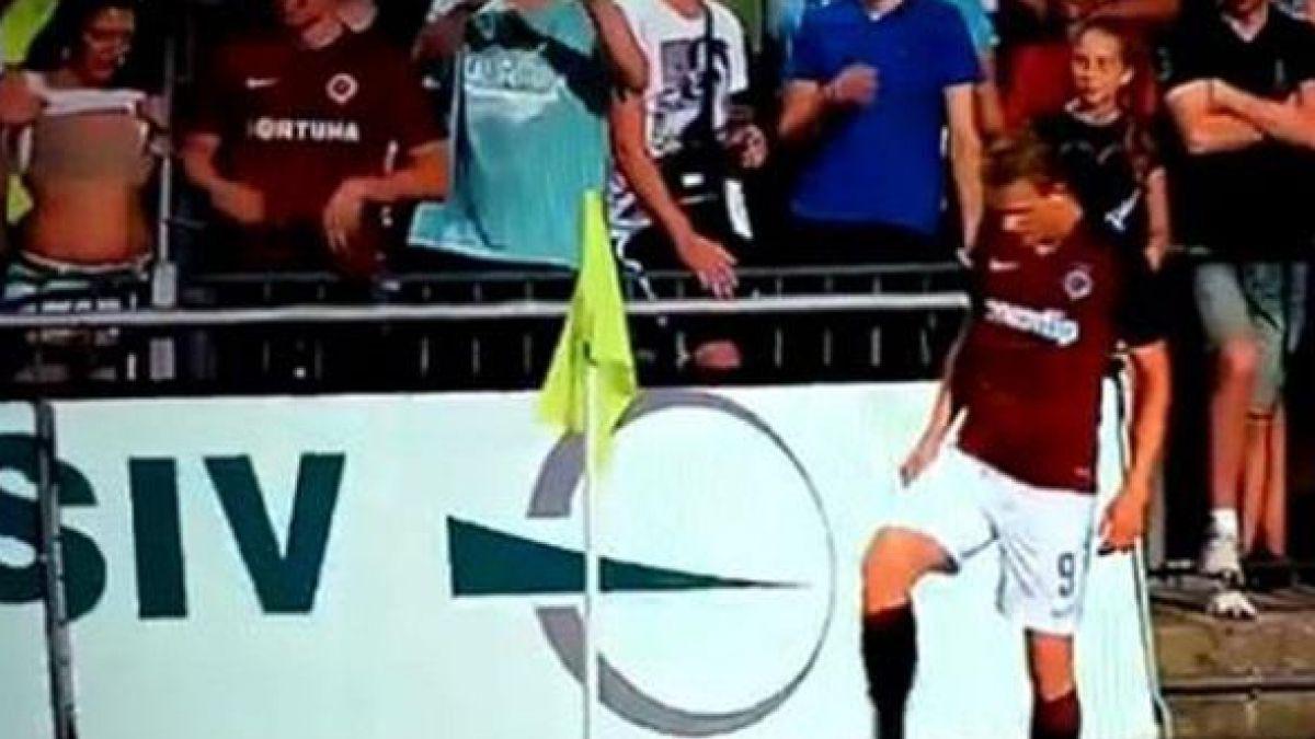 El sorprendente topless de una aficionada que se roba las miradas en la liga checa