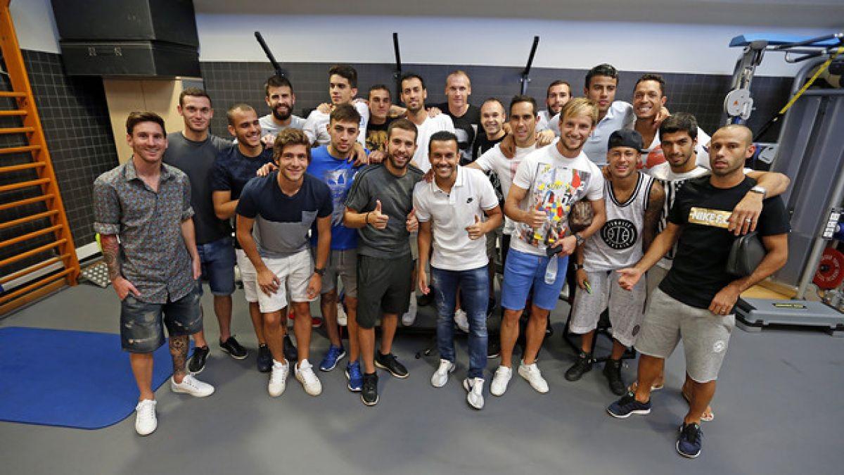 Claudio Bravo participa en despedida de Pedro de FC Barcelona