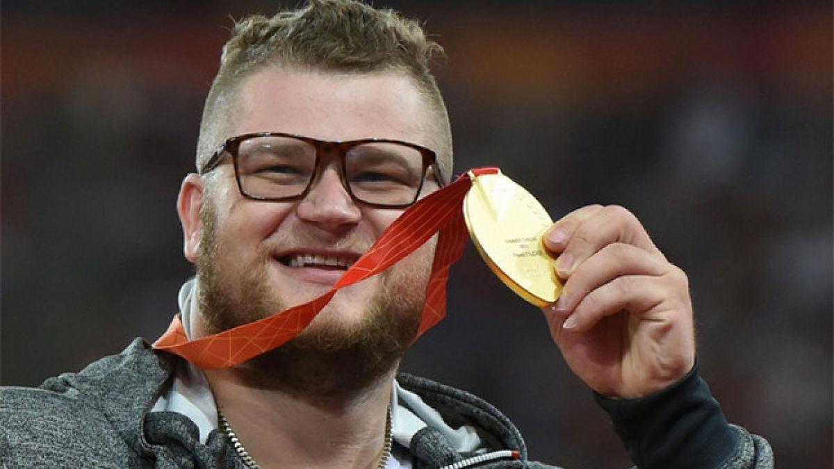 Atleta se emborracha en celebración y paga un taxi con su medalla de oro