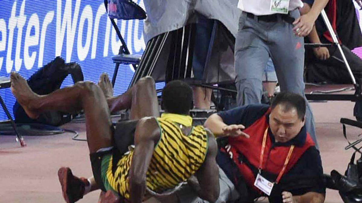 Usain Bolt es atropellado por camarógrafo después de ganar carrera