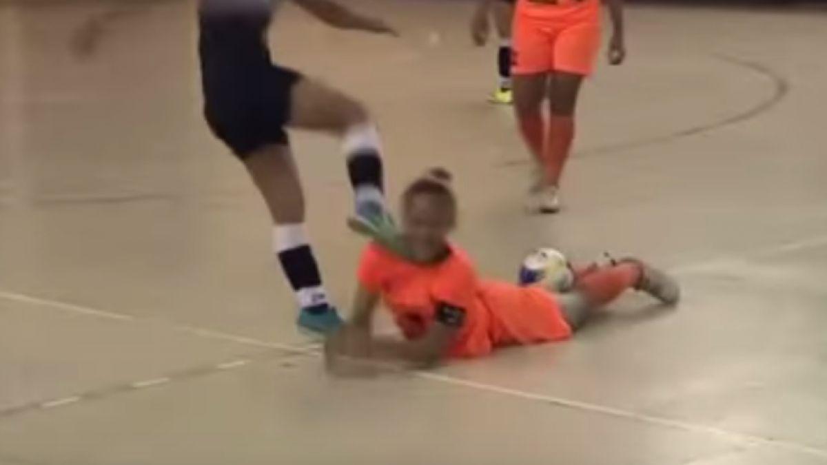 Jugadora propina descomunal patada en la cabeza a su rival en Brasil