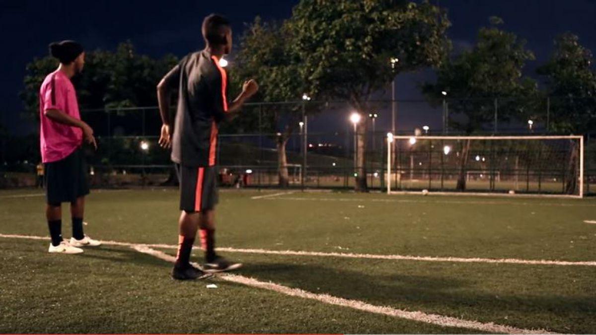 [VIDEO] Ronaldinho sorprende a jóvenes en Río de Janeiro con un llamativo desafío