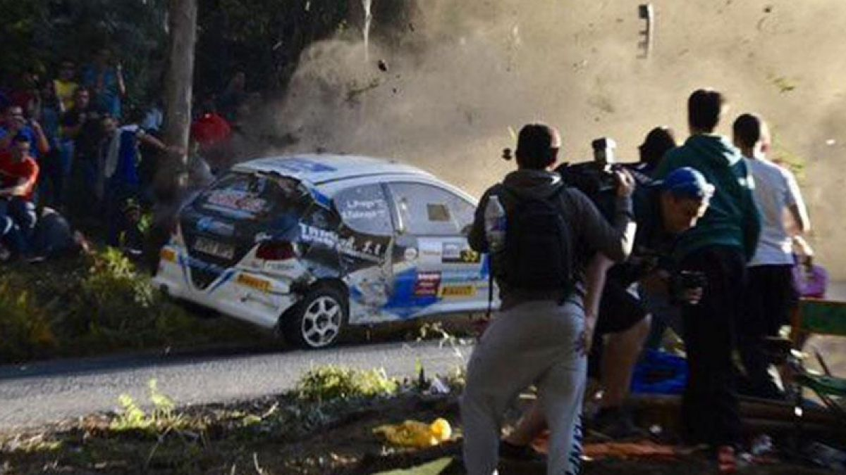 [VIDEO] Lamentable accidente: Mueren seis personas embestidas por un auto en el rally de España