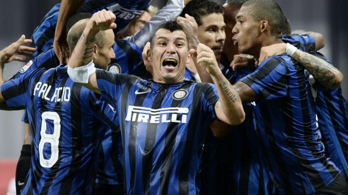 Gary Medel festeja junto a sus compañeros el triunfo en el clásico de Milan