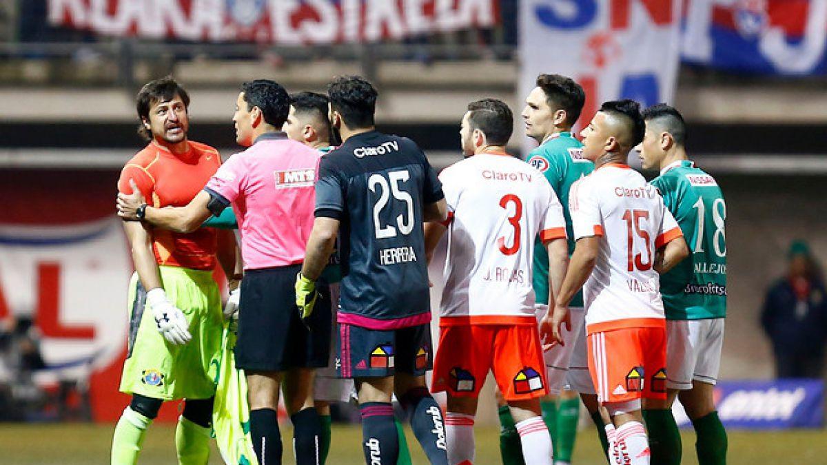 Juez del duelo Audax-U explicó por qué no suspendió el partido ante incidentes