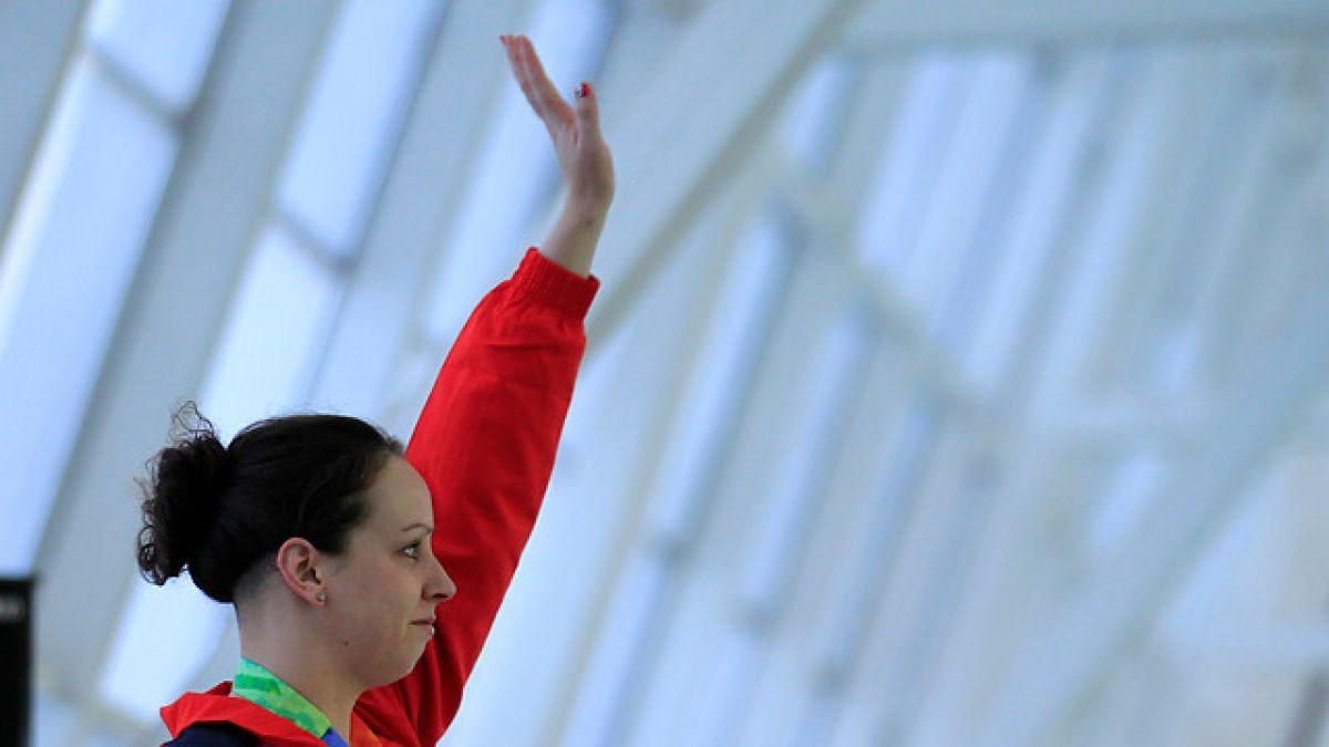 Nadadora Kristel Kobrich y delantero Isaac Díaz dan apoyo tras terremoto