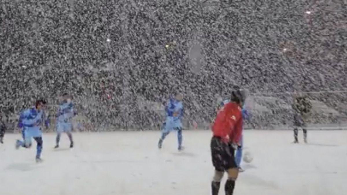 [VIDEO] Amor por la camiseta: Grupo de futbolistas seniors la rompen en la nieve