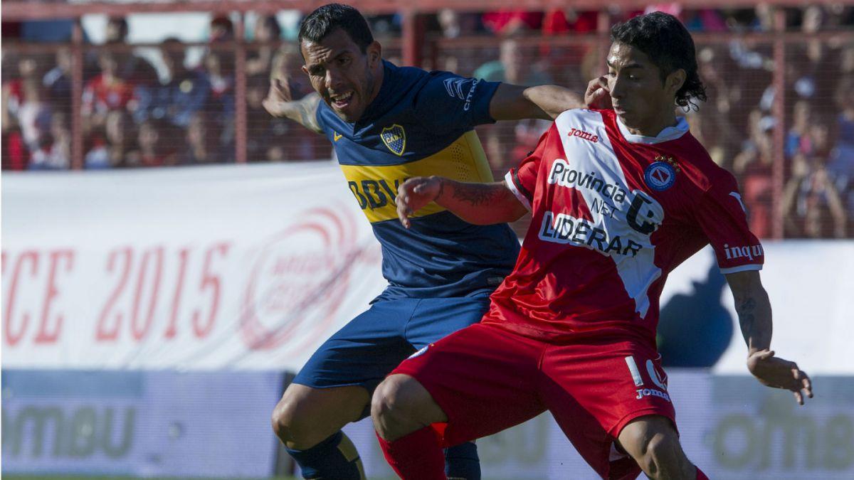 [VIDEO] La violenta falta de Tevez que provocó una fractura expuesta en jugador rival
