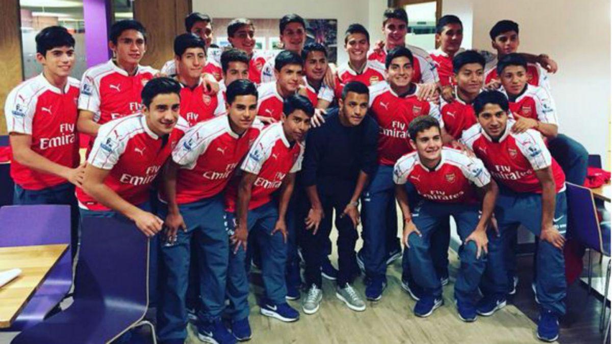 [FOTO] Alexis Sánchez comparte con la Selección Sub 17 en Inglaterra