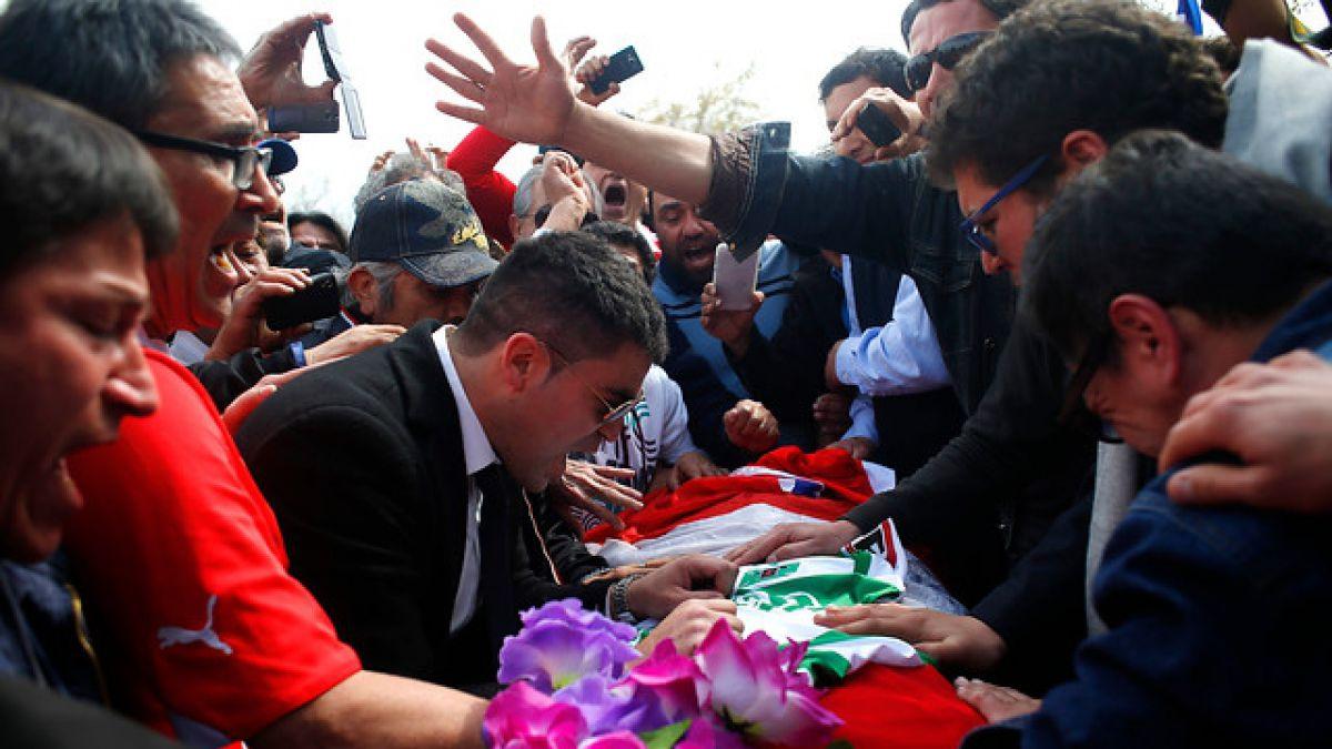 Con globos y gran presencia de hinchas se vivió funeral de Eduardo Bonvallet