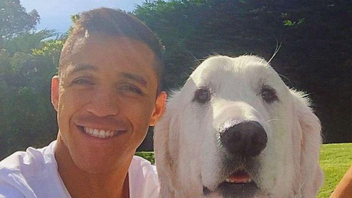[FOTO] Alexis comparte selfie junto a uno de sus mejores amigos en Inglaterra