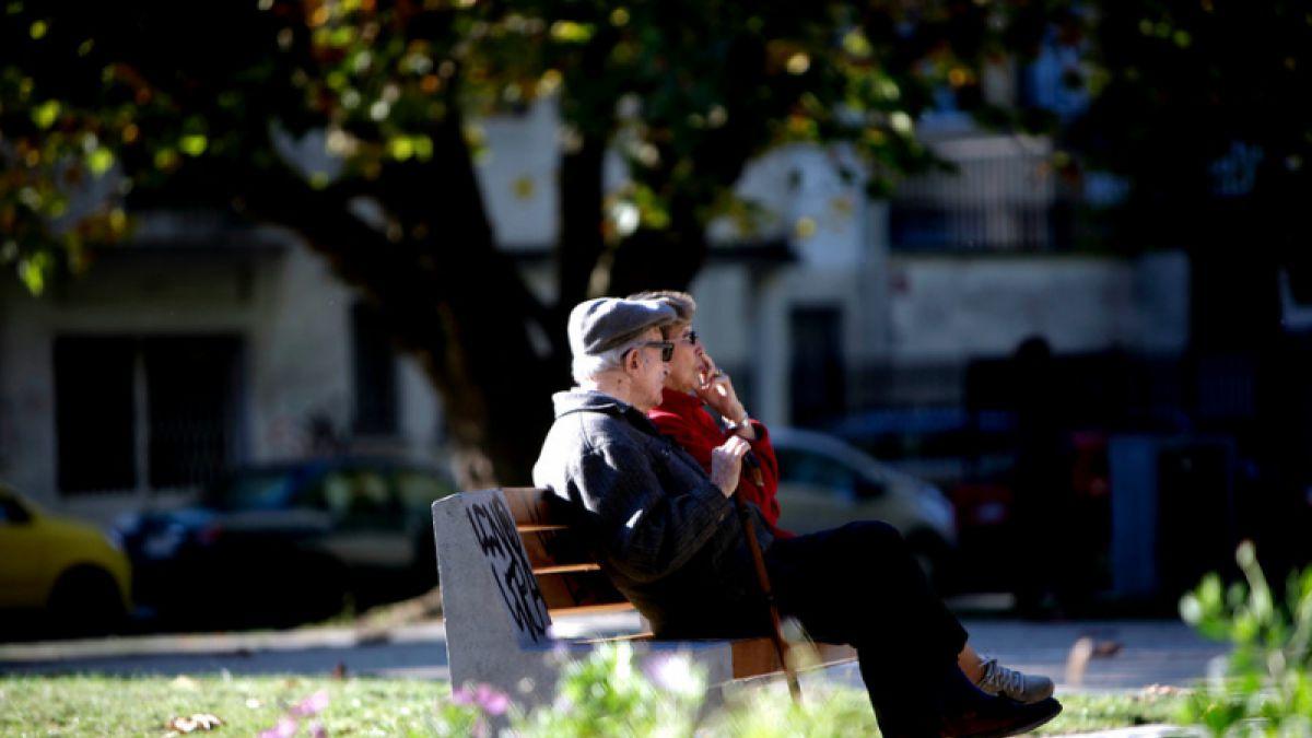 Encuesta revela qué piensan y cómo viven los adultos mayores en Chile