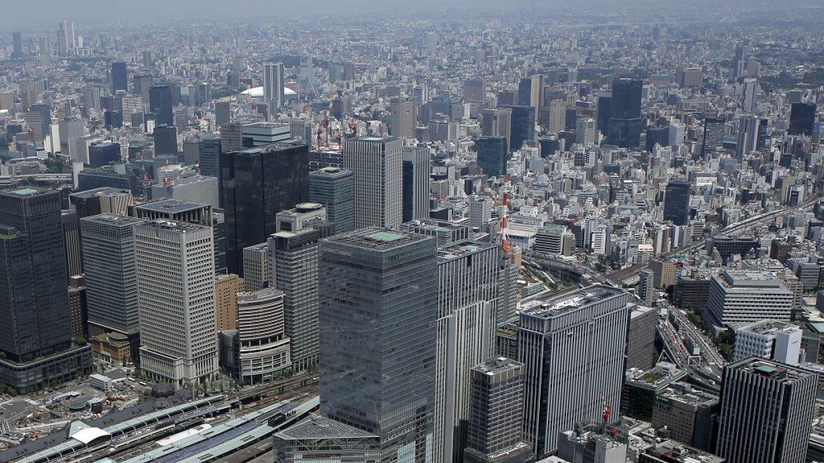 Japón registró en octubre un superávit comercial, pero exportaciones cayeron