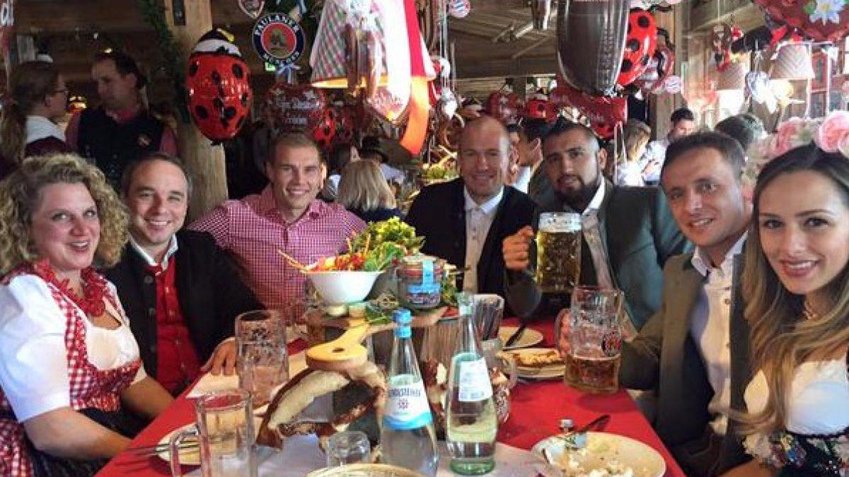 """Vidal disfruta de Oktoberfest y no aclara dudas sobre lesión: """"El viernes voy a probar"""""""