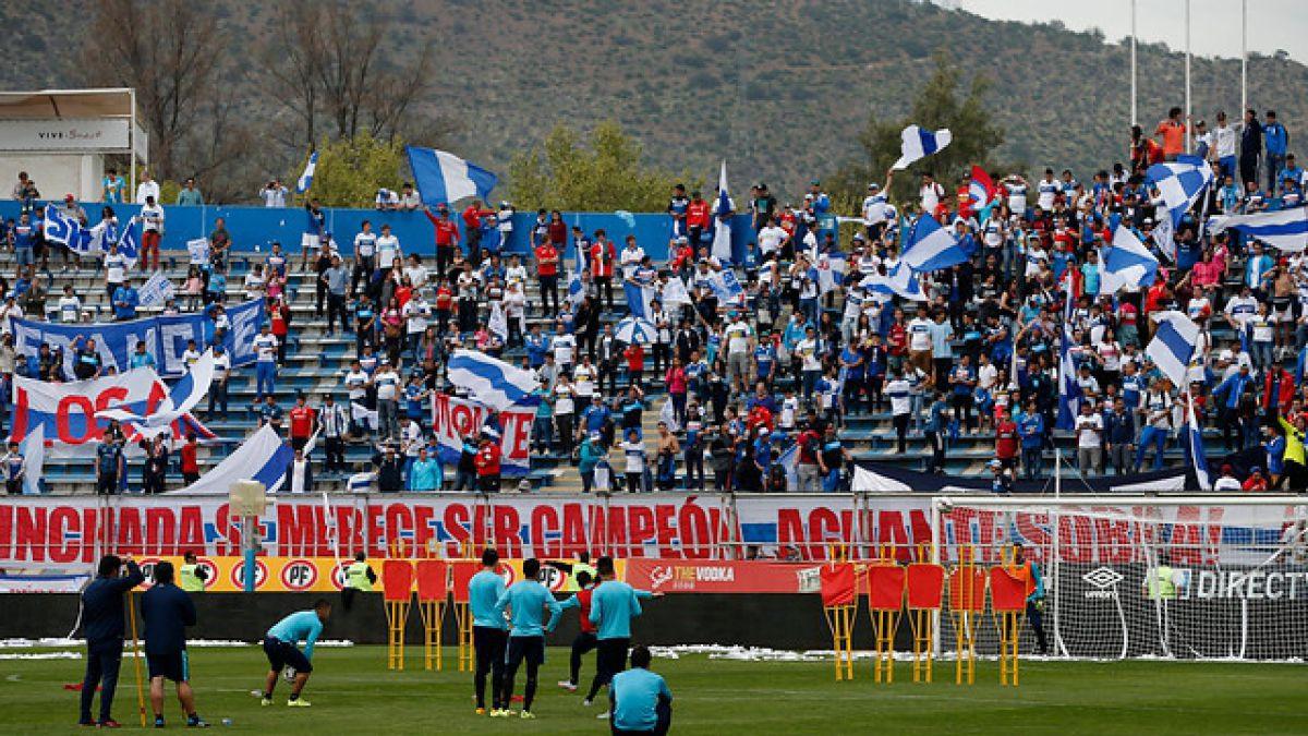"""[VIDEO] Hinchas de la UC llegan en masa a San Carlos para """"banderazo"""" previo al duelo con Colo Colo"""