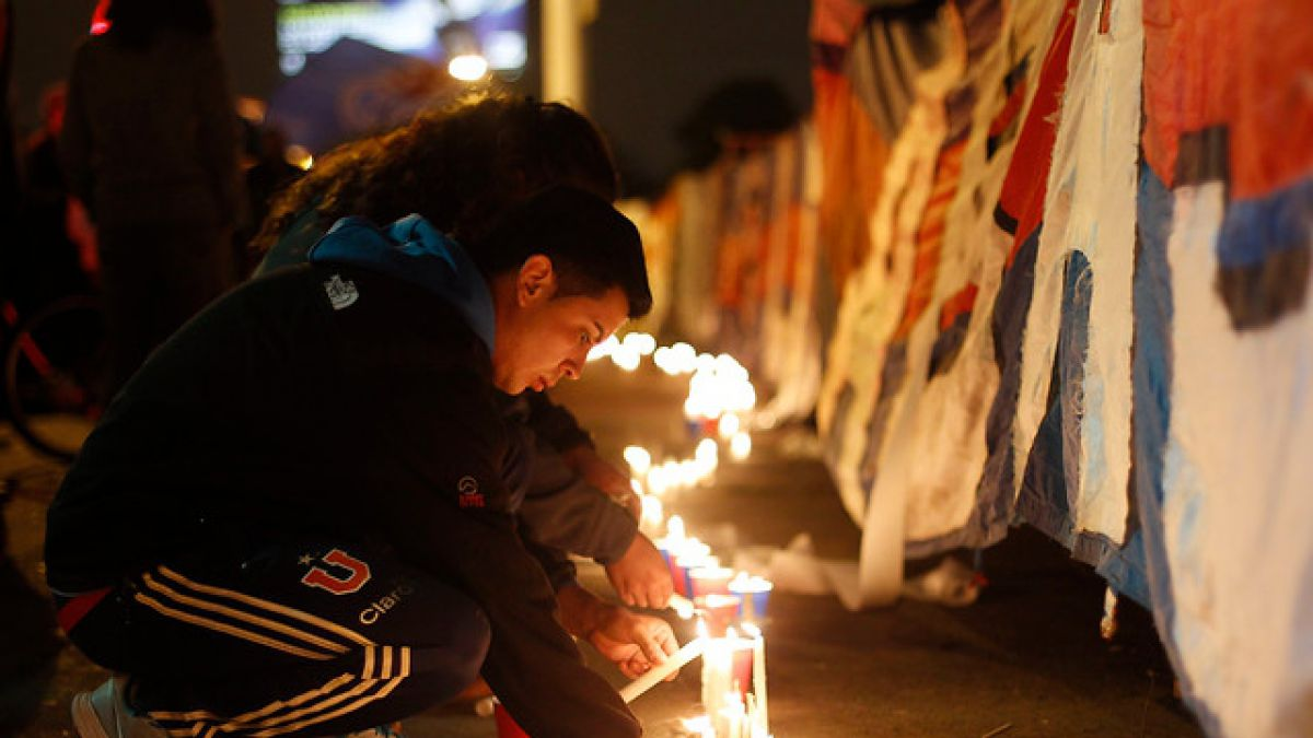 "Hinchas de la U realizan velatón en honor a fallecido ""Bombero"" Ibáñez"