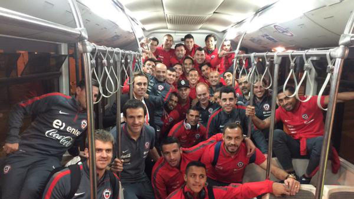 """La """"Roja"""" ya está de vuelta en Santiago tras triunfo sobre Perú"""