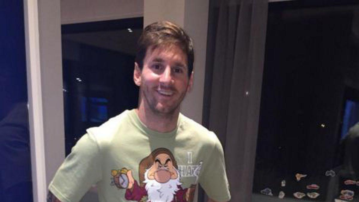 [FOTO] El curioso pijama que Luis Suárez le regaló a Lionel Messi