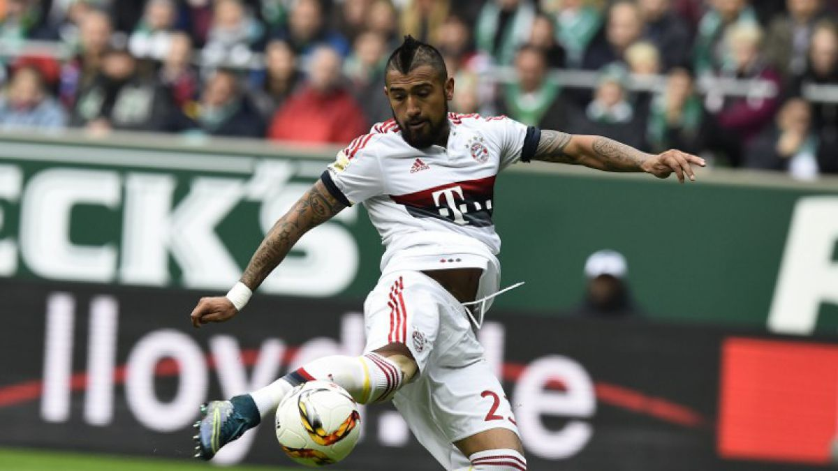 Otra vez la rodilla: Arturo Vidal se retira con molestias en triunfo del Bayern Munich