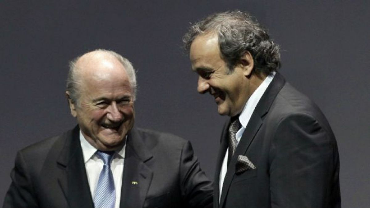 El presidente de la UEFA, Michel Platini (izq.) afirmó que nunca firmó un contrato para trabajar como asesor de la FIFA, aunque sí recibió el dinero.