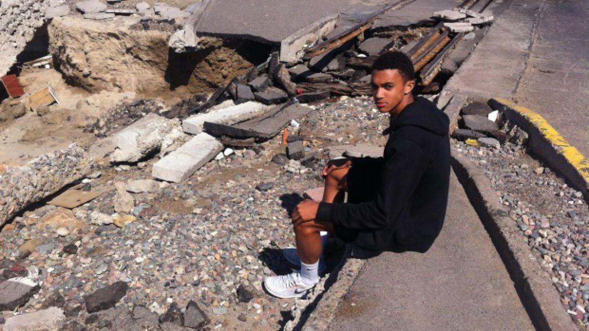 Volante de Inglaterra queda impactado tras visitar zona afectada por tsunami en Coquimbo