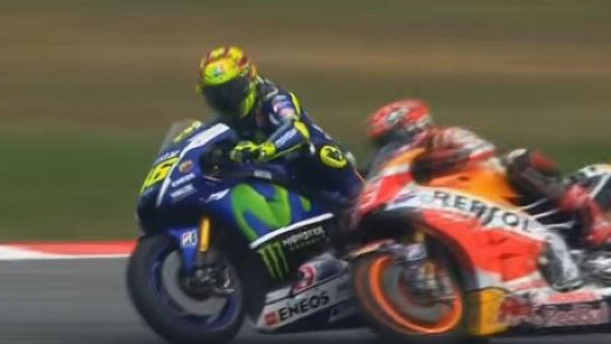 [VIDEO] Moto GP: Polémica por patada de Valentino Rossi que botó a rival en Malasia