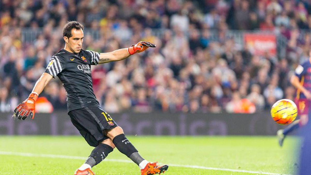 FC Barcelona con Bravo titular y triplete de Suárez vence a Eibar para seguir líder