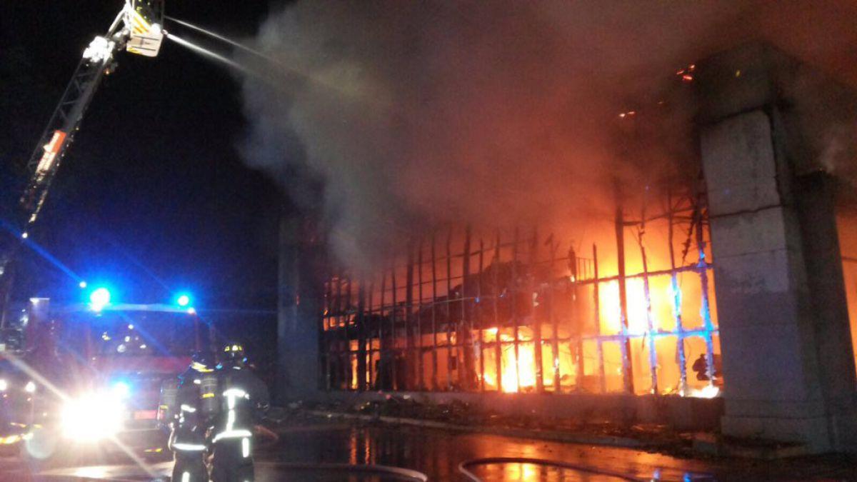 Incendio afecta a fábrica de textiles en Renca