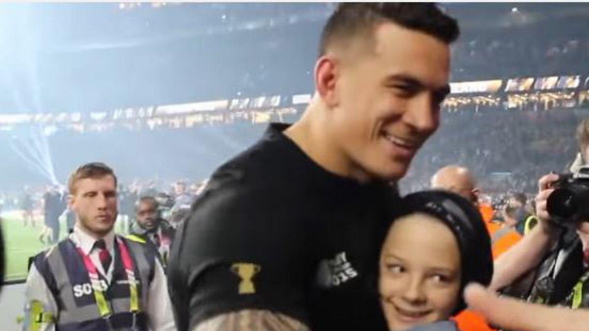 [VIDEO] Rugbista de Nueva Zelanda regala a niño su medalla de campeón mundial