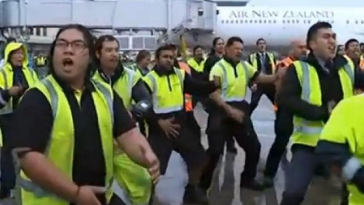 [VIDEO] Personal del aeropuerto de Auckland recibe con Haka a campeones All Blacks