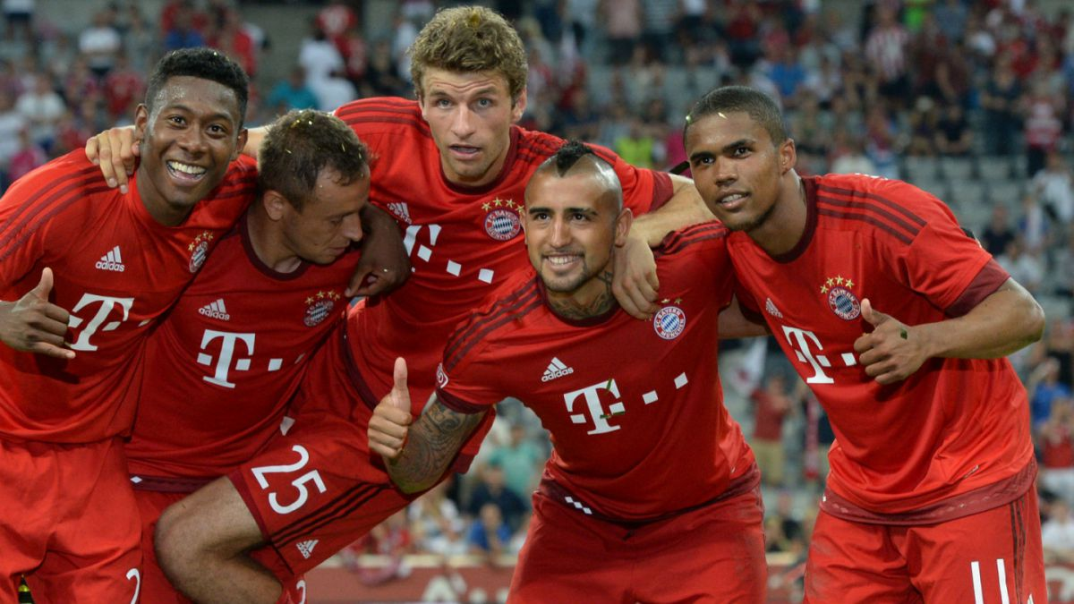 [FOTO] Arturo Vidal dona a la Teletón camiseta firmada del Bayern Munich