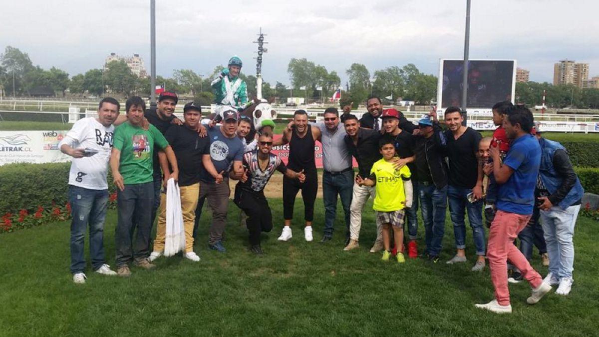 Arturo Vidal celebra triunfo de su caballo en el Club Hípico